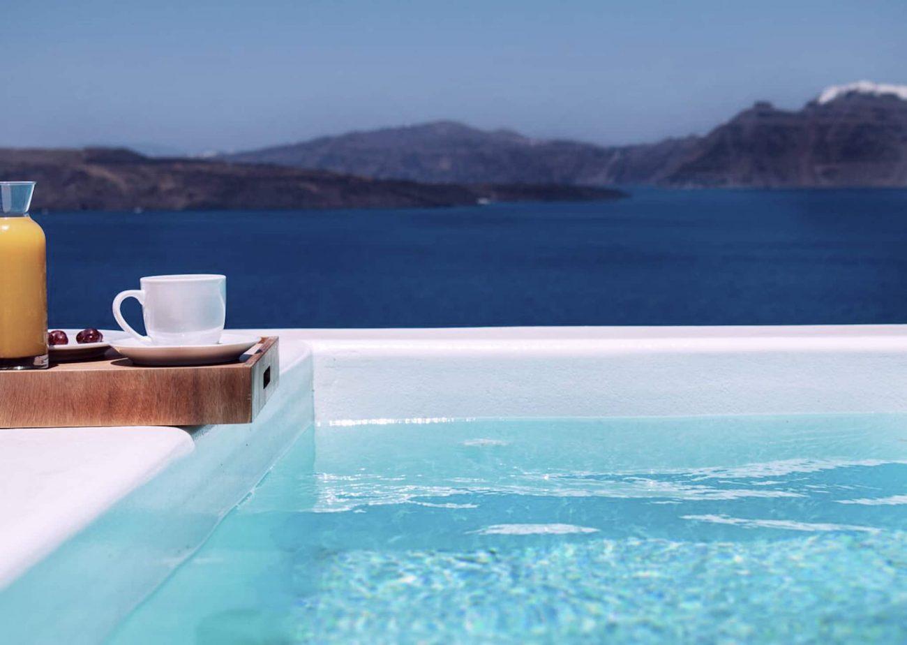 Santorin hôtel et piscine face à la mer